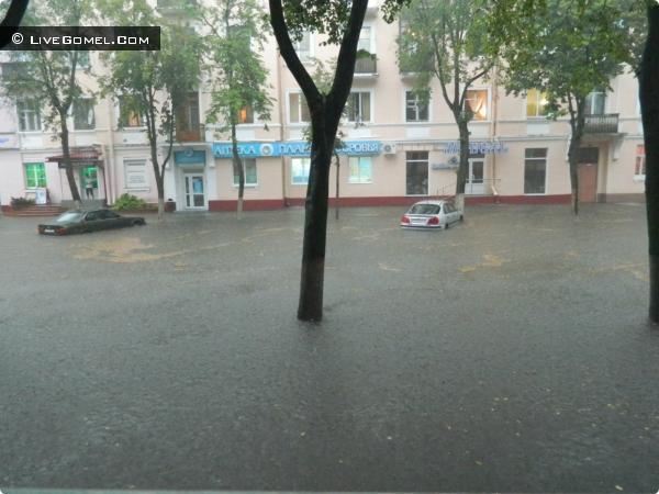 Машины так же были под толщей воды