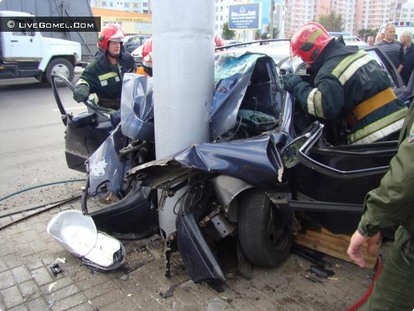 Гомель: водитель Volkswagen на большой скорости врезался в столб и погиб