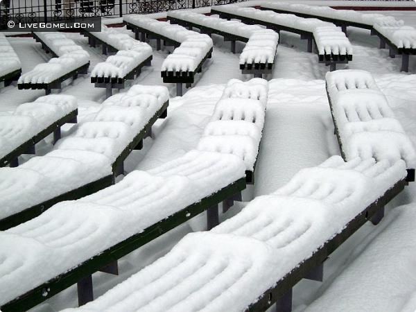 Белые покрывала для скамеек.