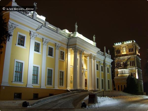 Дворец Румянцевых-Паскевичей с праздничной подсветкой.