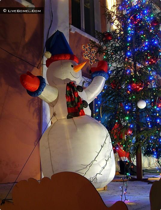 Снеговик возле мясокомбината.