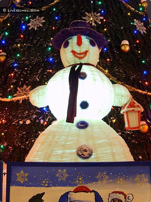 Огромный снеговик возле елки на центральной площади.