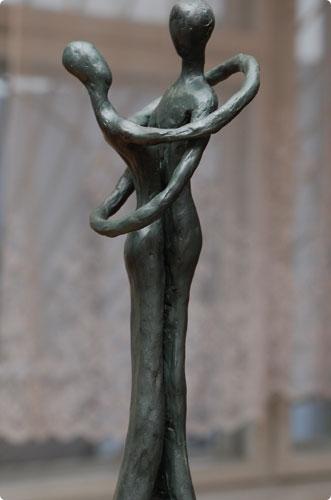 Скульптура у входа в загс. Елена Гореликова, БелГУТ.