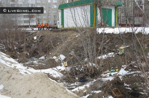 Гомельские дворы за зиму «заросли» мусором