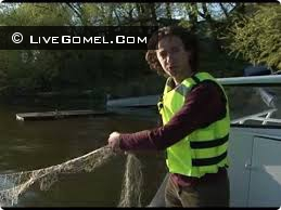 Жители подтопленных деревень ловят рыбу сетями