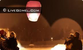 Гомельчане на набережной Сожа запускали китайские фонарики в память о пропавших детях
