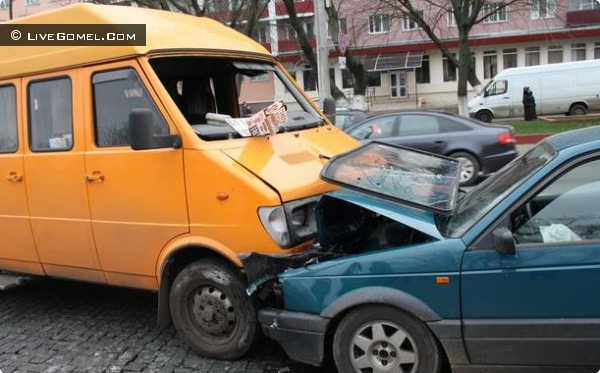 Легковушка в центре Гомеля врезалась в маршрутное такси
