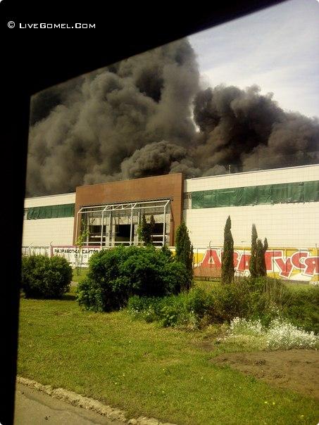 """Пожар в Гомеле - горит здание """"Эмальпосуда"""" где должен быть открыт гипермаркет"""