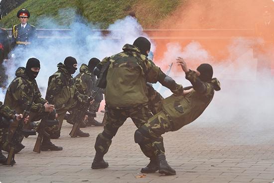 Гомельским новобранцам показали, что в армии всё серьёзно