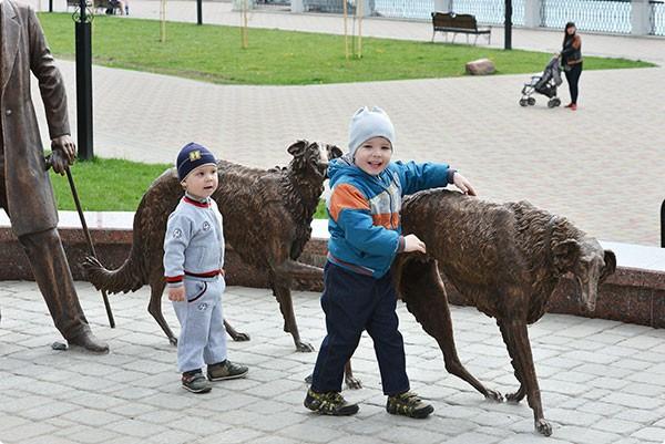 """Скульптура """"Прогулка с борзыми"""" в гомельском парке"""