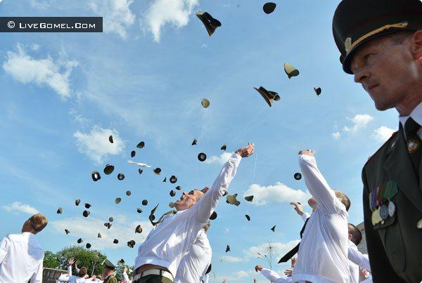 На площади Ленина дипломы офицеров-спасателей получили 106 человек