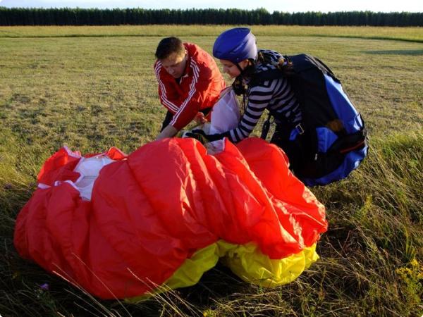 В Гомеле молодёжь учат летать на парапланах