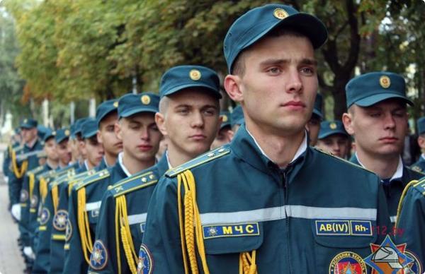 Курсанты-спасатели присягнули на верность Родине у воинского мемориала