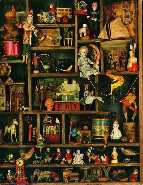 Детские наряды и игрушки прошлых веков можно увидеть на выставке в Гомеле