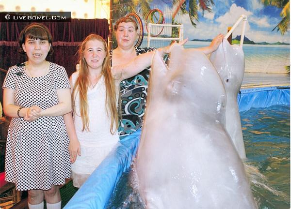 Дельфинарий пригласил на представление гомельских инвалидов